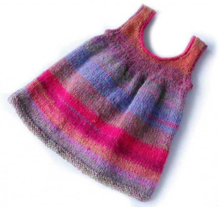 двухцветное вязаное платье для девочки 1 год