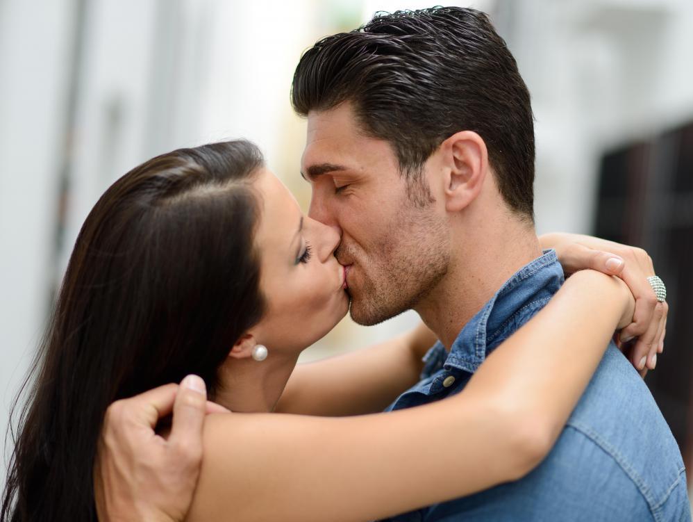 Картинки поцелуев женщиной с женщиной