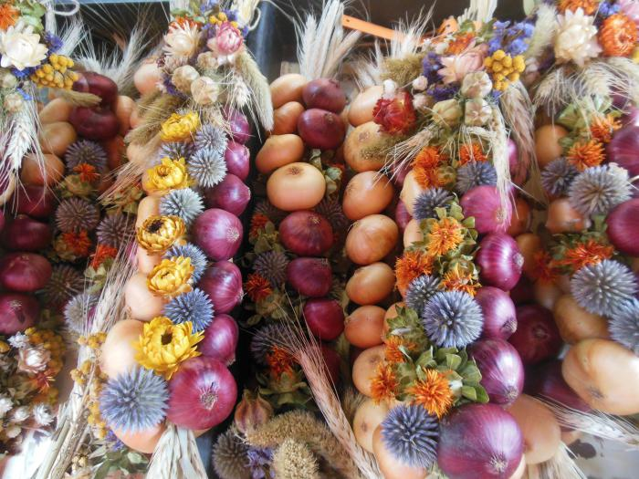 декоративные вязанки - луковые косы для ценителей кантри стиля в интерьере