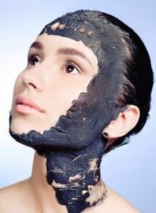 Чем полезна черная глина для лица