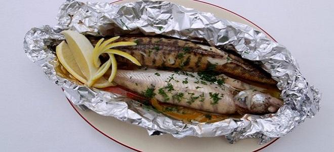 Соль, масло оливковое – 20 мл, чеснок – 1 головка, ледяная рыба – 4 тушки по г каждая, зеленый базилик – 4 веточки, картофель – 4 молодые картофелины, растопленное сливочное масло – 50 г.