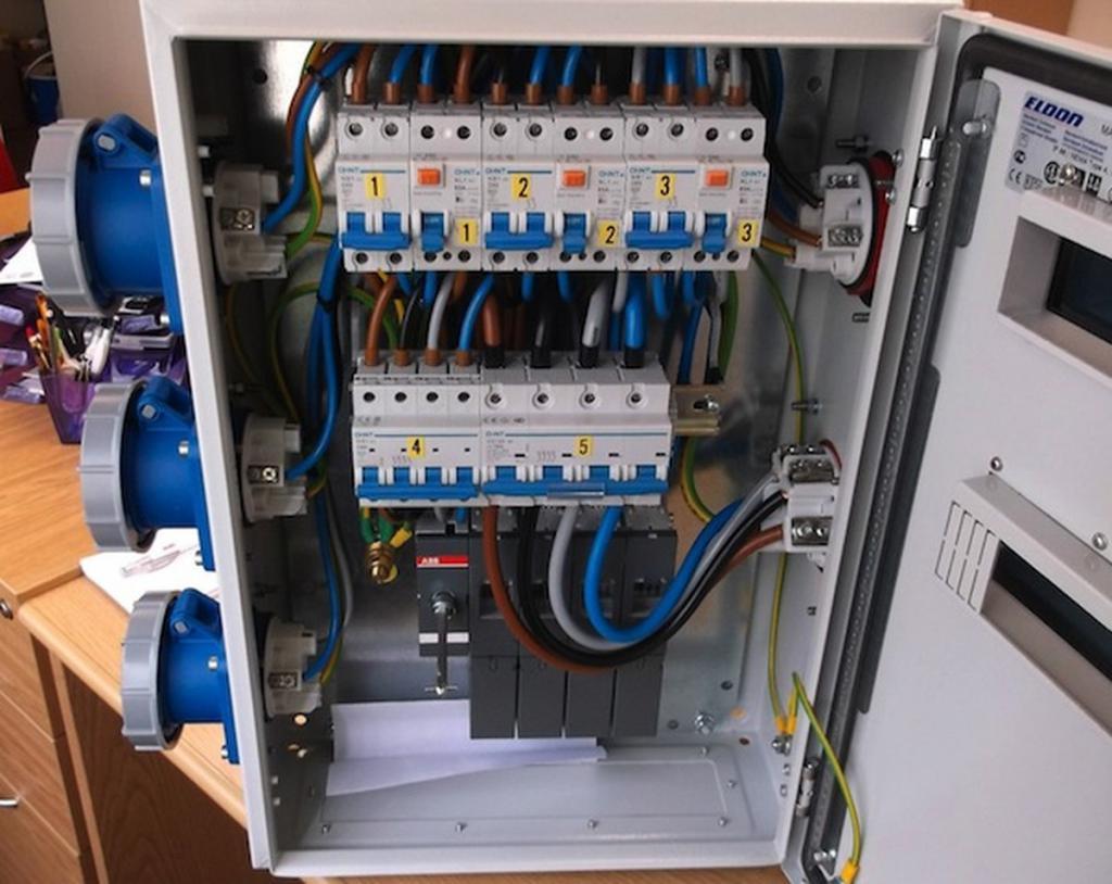 Электрический распределительный щит с входными автоматами защиты
