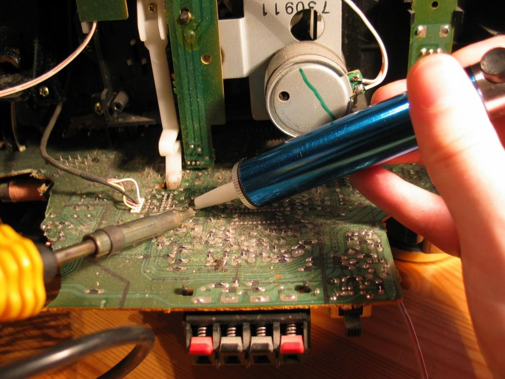 Chip dismantling by vacuum suction