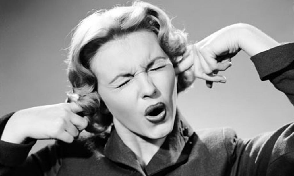 Женщина, затыкающая уши