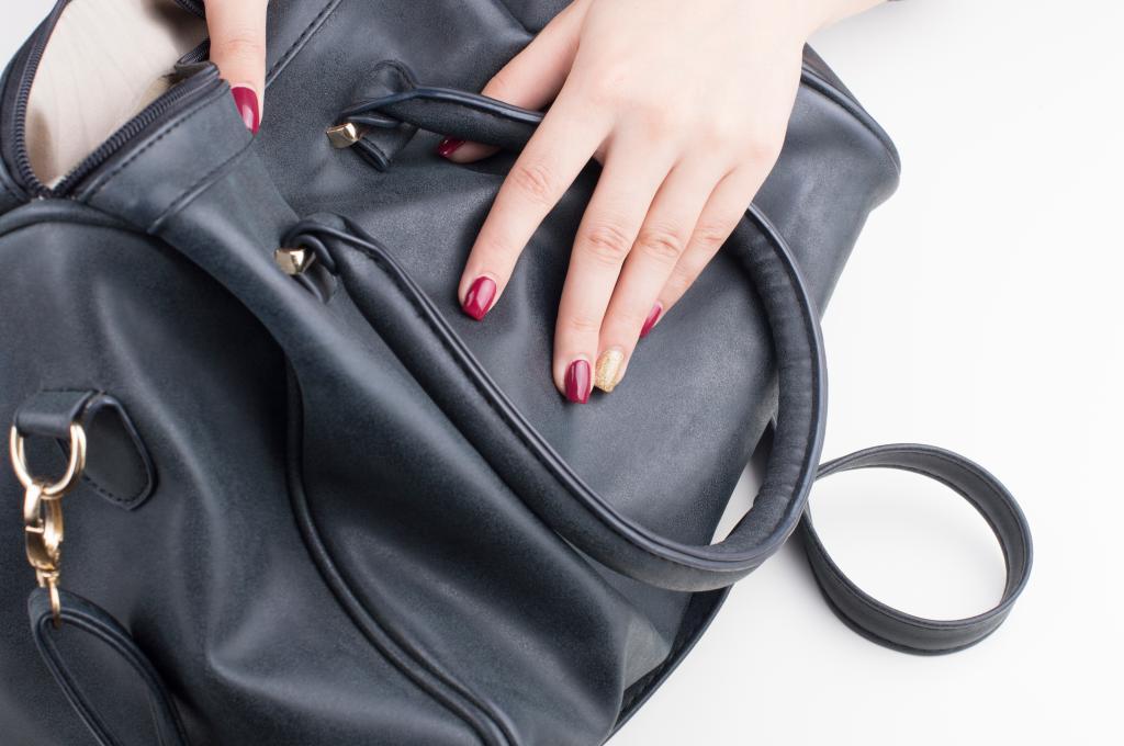 Проверка кожи сумки на ощупь