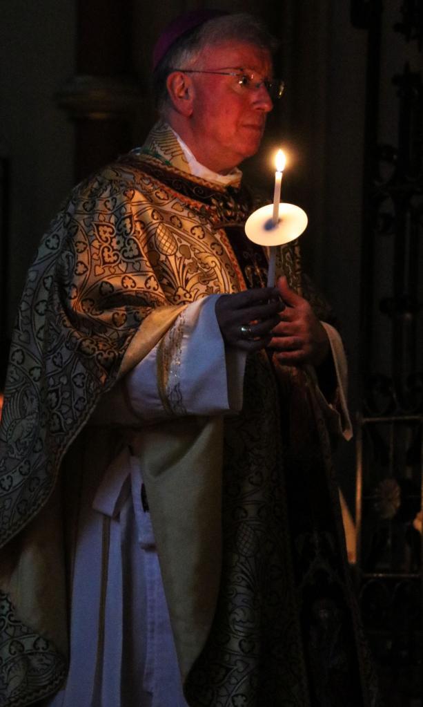Священник со свечой
