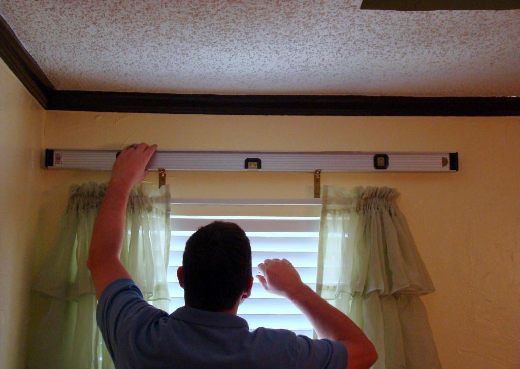 How to hang a cornice?