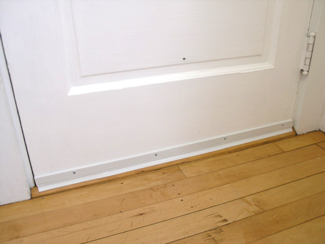 Как правильно приклеить уплотнитель на входную дверь?