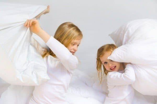 С какого возраста дети спят на подушке? Виды и размеры подушек для детей