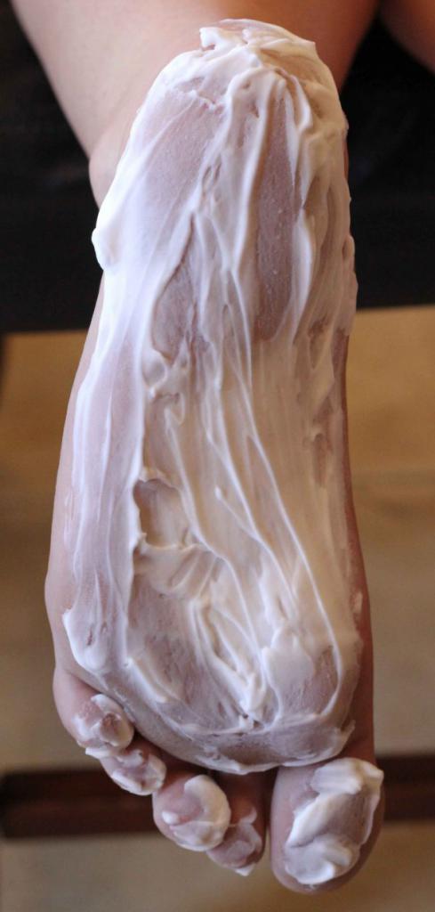 Трескается кожа на ногах: возможные причины и методы лечения