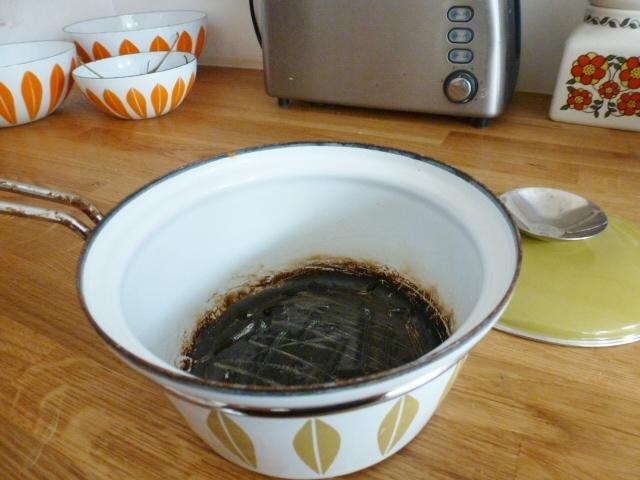 Как быстро отмыть пригоревшую кастрюлю?