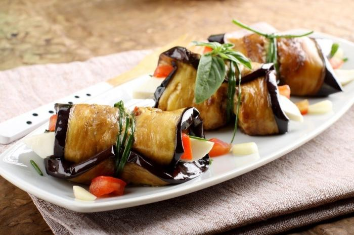 Острые баклажановые рулетики с творогом – кулинарный рецепт