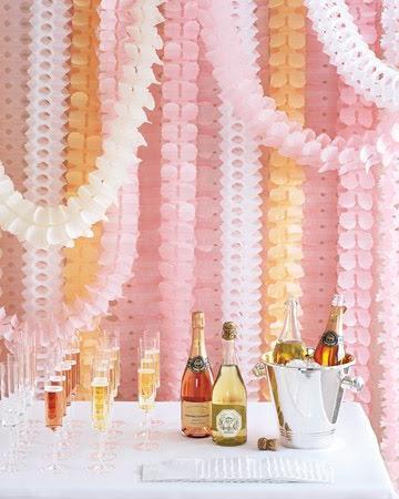 Когда два года прожито вместе: что подарить на бумажную свадьбу?