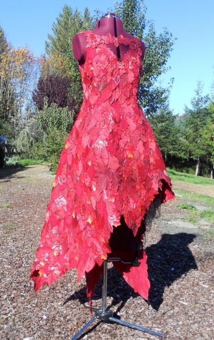 платье из листьев на осенний бал