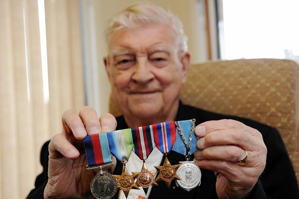 Военный пенсионер демонстрирует награды