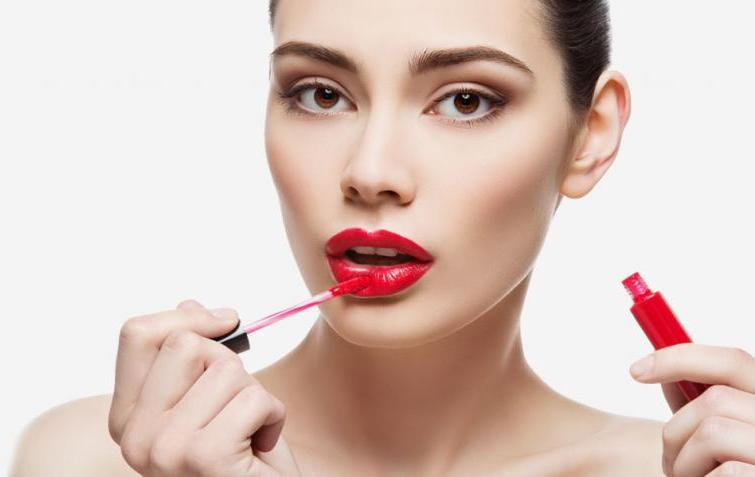 How to paint lips with lipstick