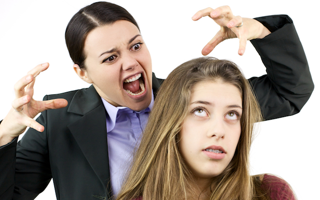 Кричит парень на девушку