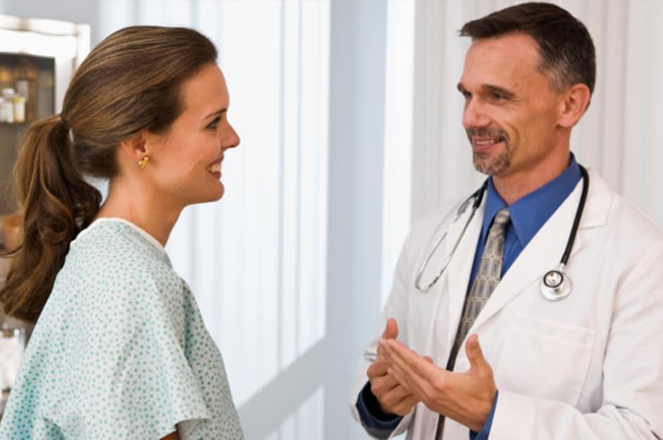 Девушка разговаривает с доктором