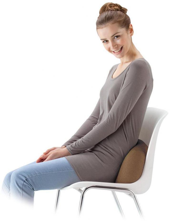 Беременная девушка сидит на стуле