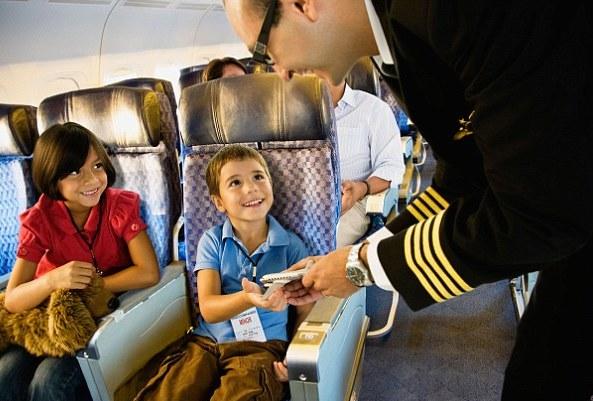 Бортпроводник позаботится о юном пассажире