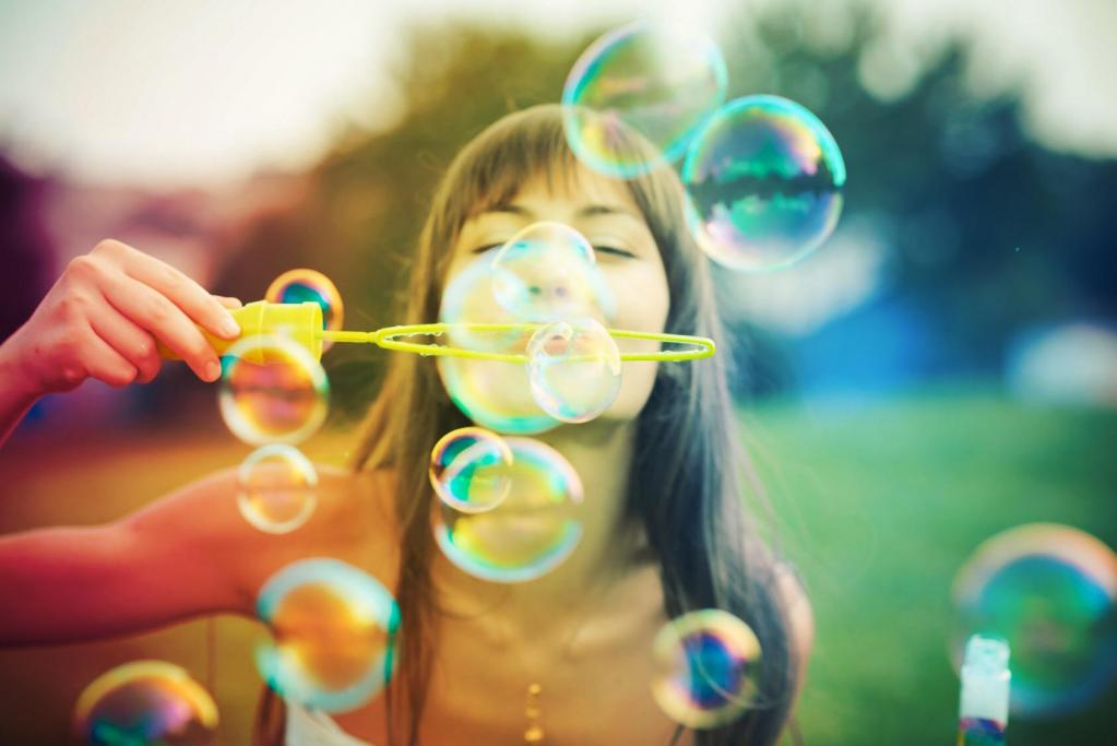 Девушка радостно надувает шарики