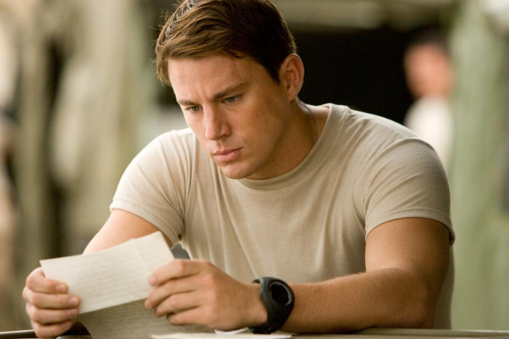 Муж читает письмо
