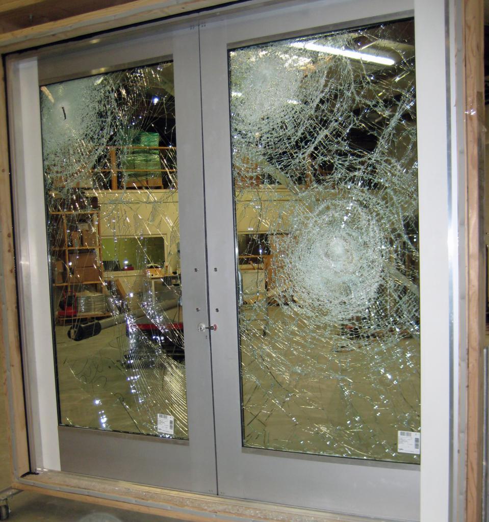 повышенная безопасность многослойного стекла