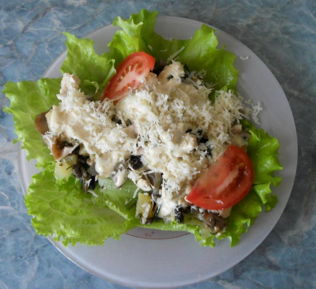 Ready salad on the leaves