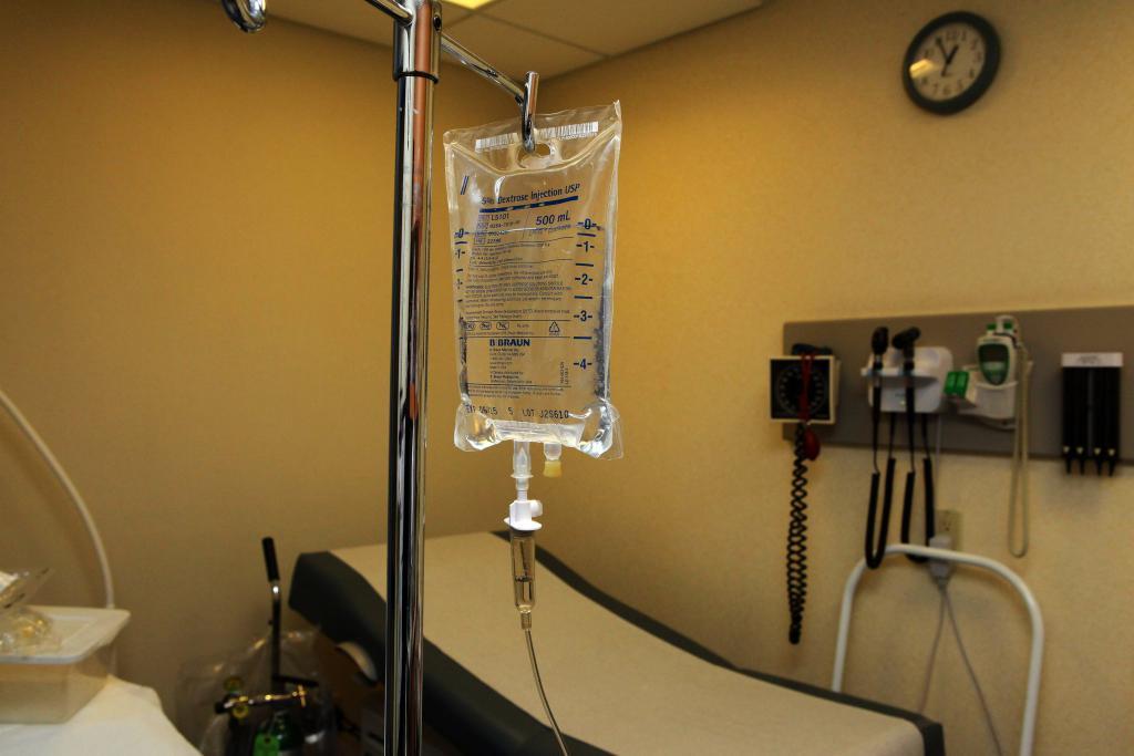Отравление уксусной эссенцией: признаки, симптомы, оказание первой помощь, лечение и последствия