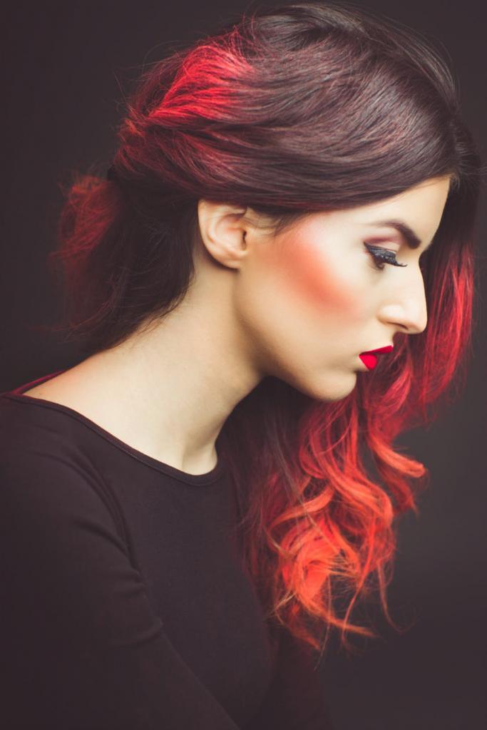 красное омбре на темных волосах