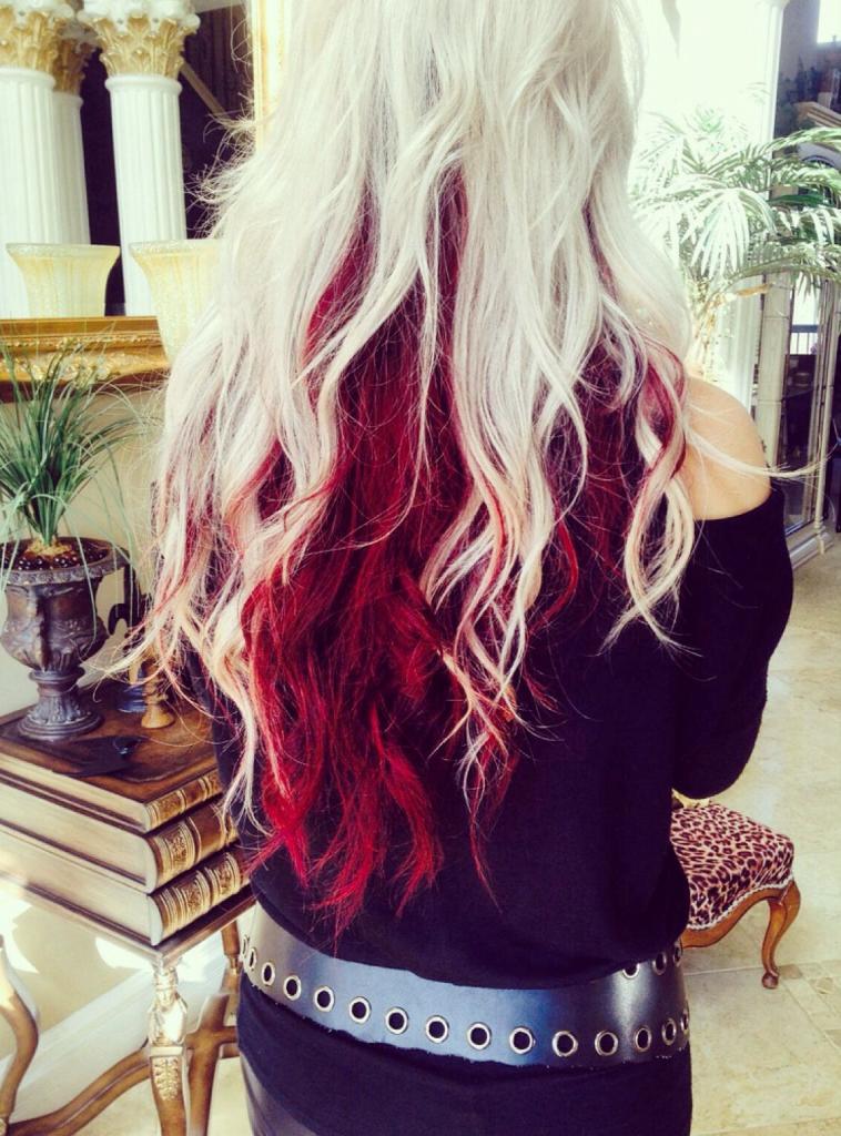 белые волосы с красными кончиками