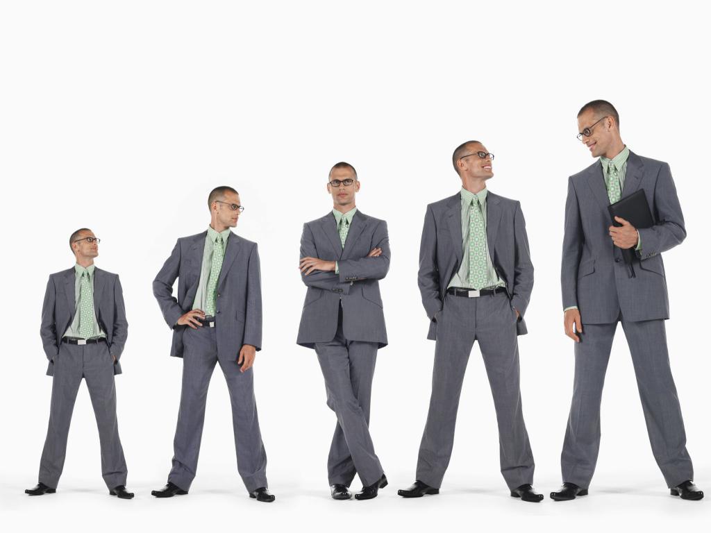 мужчины в ряд