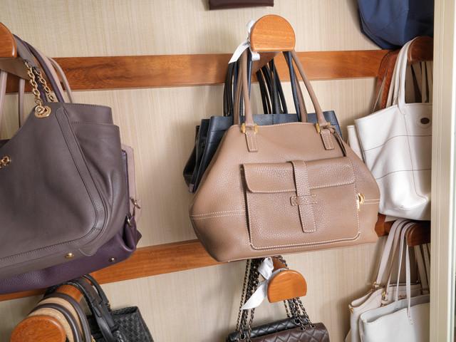 Как аккуратно сложить вещи в шкафу: полезные советы. Плечики для одежды. Порядок вещей в шкафу
