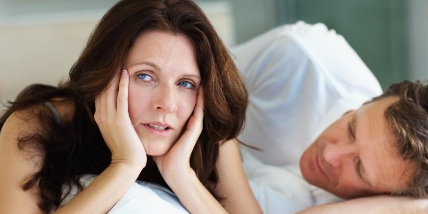 Женщина испытывает дискомфорт при сексе