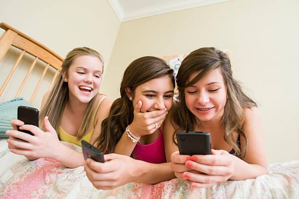 Девушки смеются над перепиской