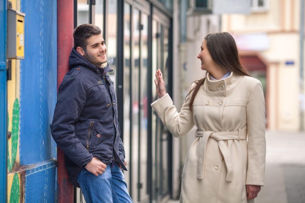 Парень и девушка прощаются