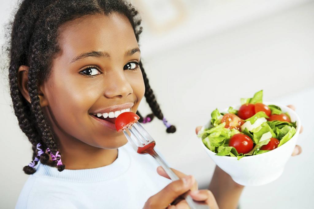 Девушка ест правильную пищу