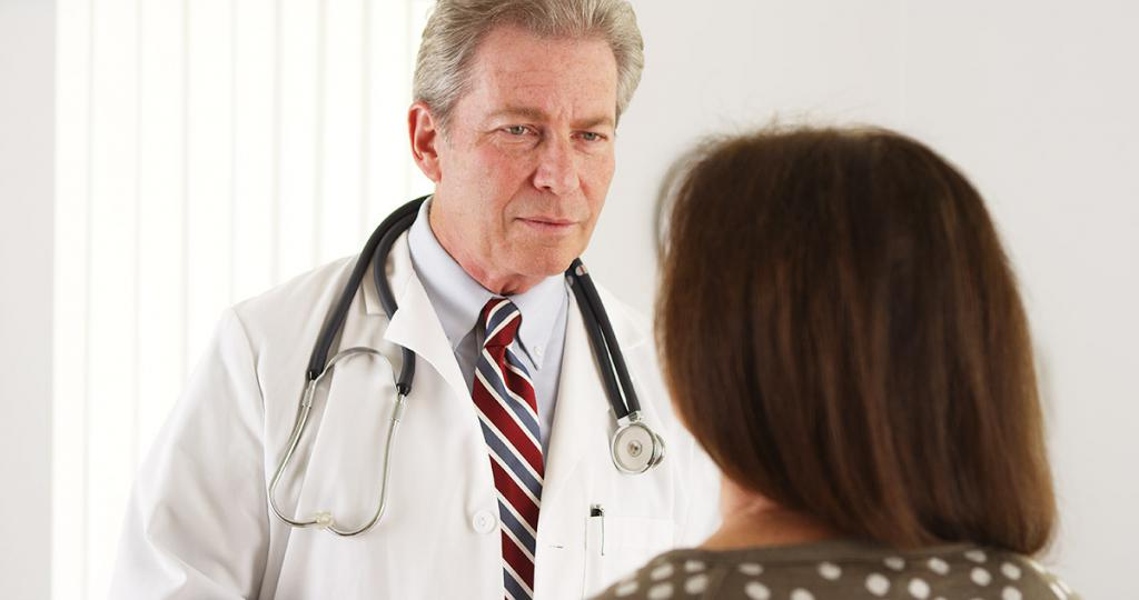Врач общается с пациенткой