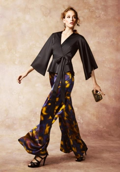 Как выглядеть элегантно в широких брюках: 9 модных примеров от Виктории Бэкхем