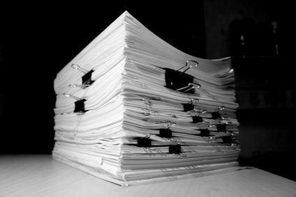 По юридической силе документы подразделяют на подлинные и подложные.