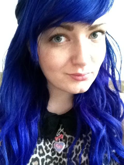 Синие волосы как способ подчеркнуть