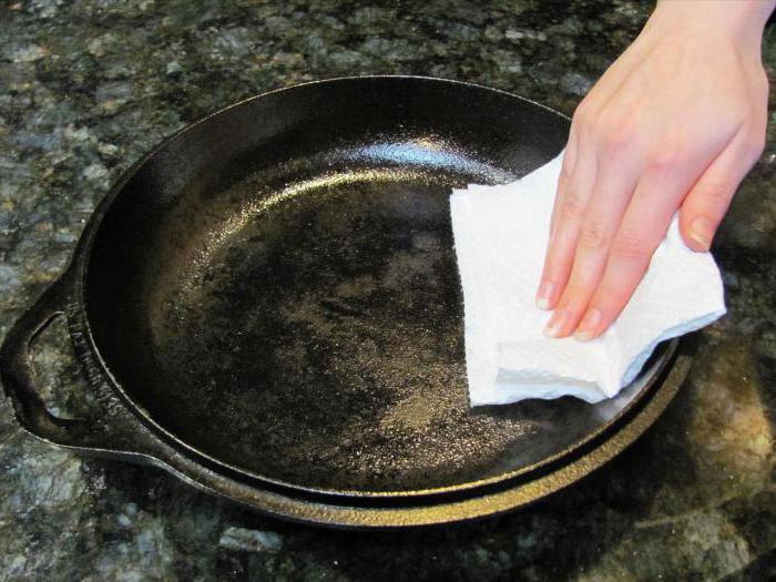 чистим сковороду от толстого слоя гари