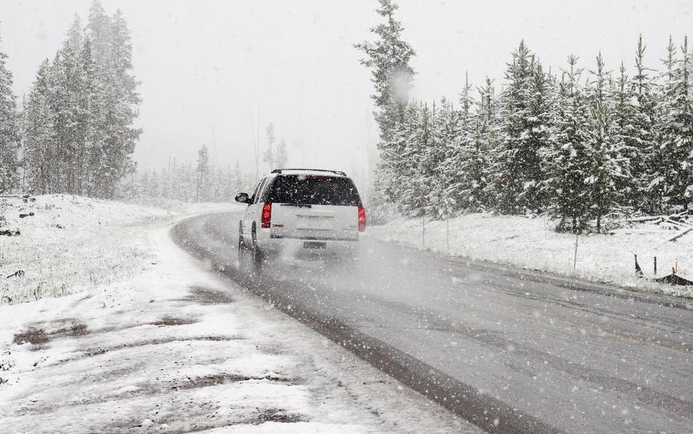 Машина на зимней дороге