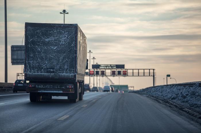 Коммерческий грузовик на зимней дороге
