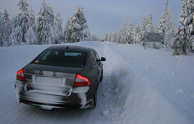 Седан на зимней дороге