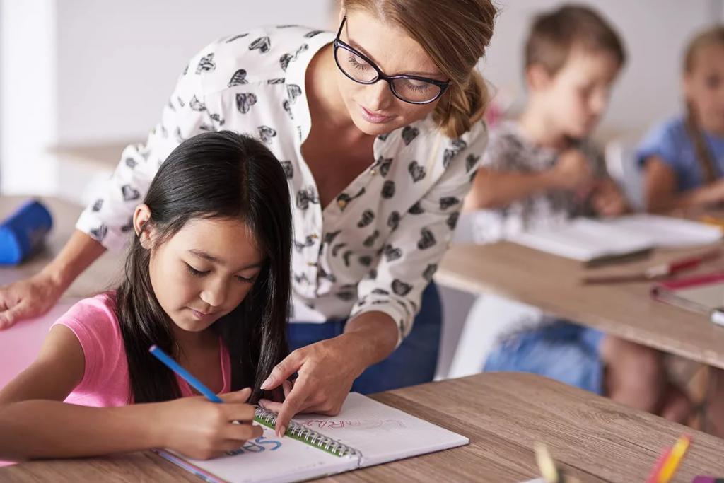 Учитель помогает ученице