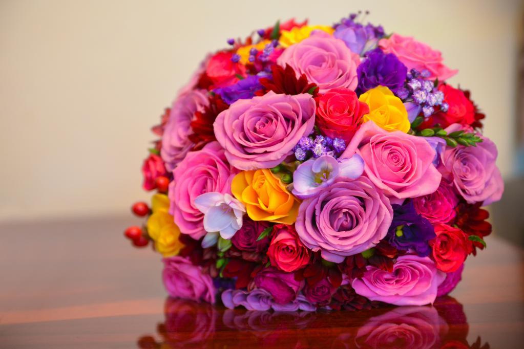 цветные розы в качестве презента