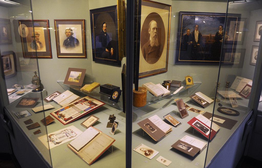 Открытки музейных экспонатов, лабутенами