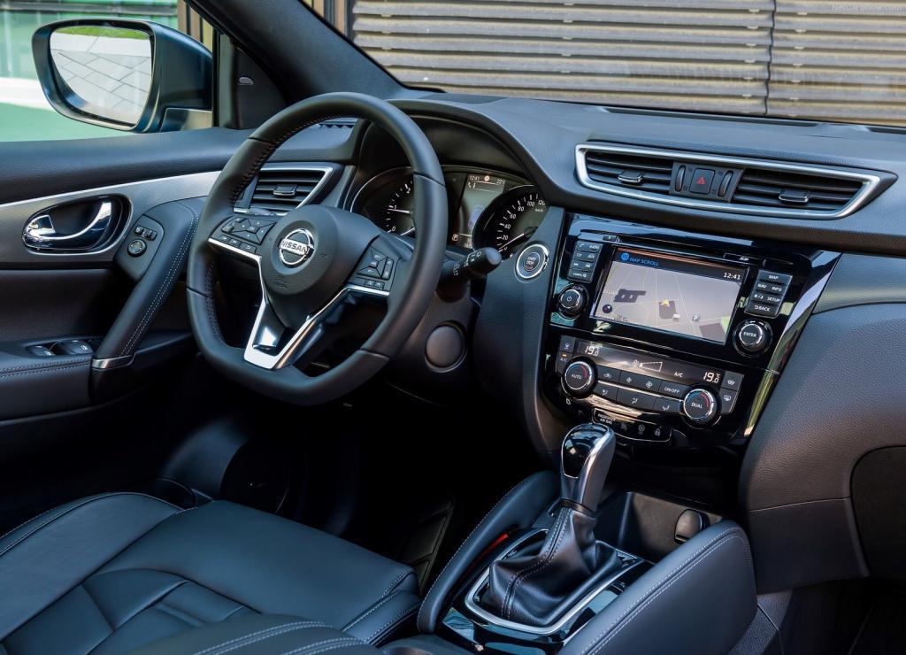 Интерьер смотрится богато, все выдержано в стиле Nissan