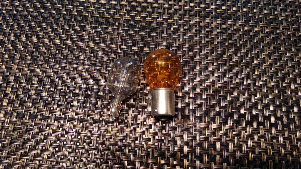 Лампы с белым и оранжевым стеклом